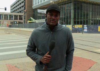 El corresponsal Omar Jiménez, de la CNN, que experimentó un arresto policial esta mañana en Minneapolis. Foto: CNN