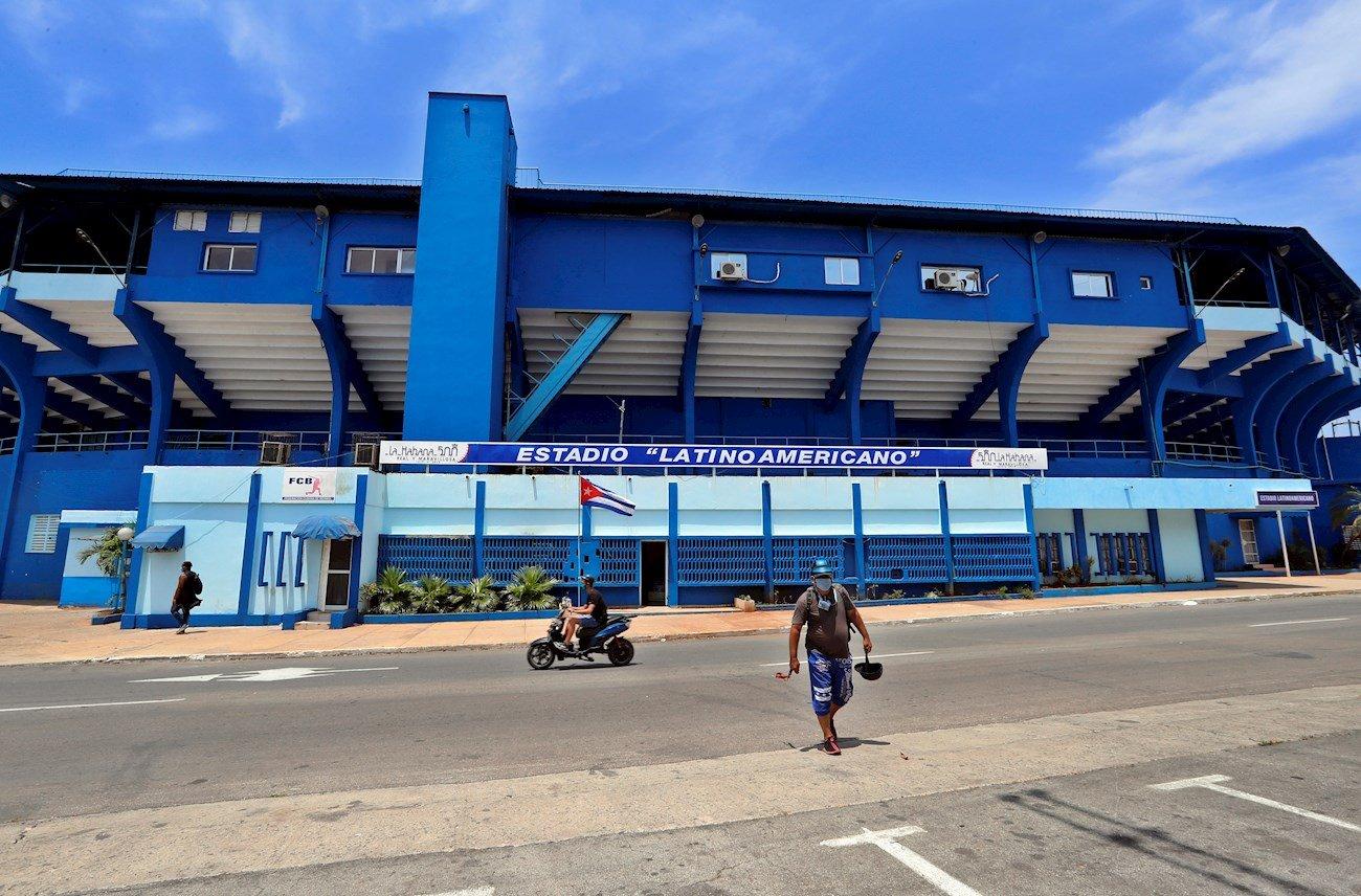 Estadio latinoamericano. Béisbol en tiempos de pandemia en Cuba. Foto: EFE/Ernesto Mastrascusa.