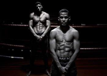 Javier Ibáñez (al frente) y Yordan Hernández son dos boxeadores cubanos que buscan hacerse un hueco en la selección nacional de Bulgaria. Foto: Valentin Ivanov.