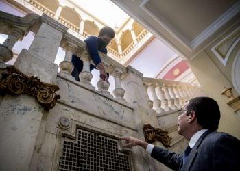 José Cabañas, derecha, embajador de Cuba en Estados Unidos, y una mujer de la sede diplomática muestran el viernes 1 de mayo de 2020 los daños causados por balas que rebotaron hasta la escalinata después de que un hombre se puso a disparar contra el edificio el jueves en la madrugada. Foto: Andrew Harnik/AP