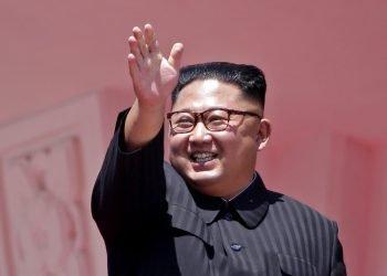En esta fotografía de archivo del domingo 9 de septiembre de 2018, el líder norcoreano Kim Jong Un saluda tras el paso de un desfile en honor del 70mo aniversario de la fundación de Corea del Norte en Pyongyang. Foto: Kin Cheung/AP.