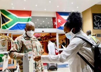 Médicos cubanos a su llegada a Sudáfrica a fines de abril. Foto: AFP/Elmond Jiyane/GCIS/Archivo.