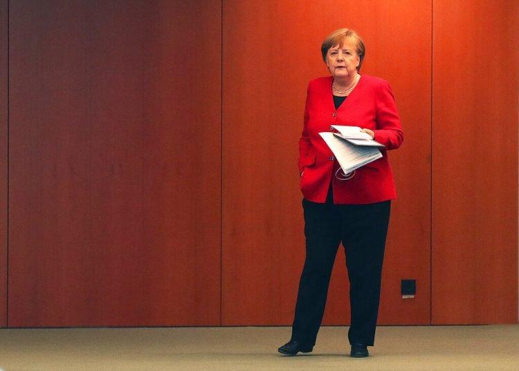 La canciller alemana Angela Merkel espera el inicio de una conferencia de prensa en Berlín, Alemania, el miércoles 6 de mayo de 2020. (Foto: AP/Michael Sohn, pool.