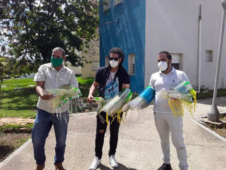 Miembros del proyecto DiArt donaron caretas de protección a hospitales en Pinar del Río. Foto: acn.cu