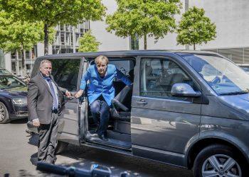 La canciller Angela Merkel arriba a una sesión del parlamento en Berlín, Alemania, 29 de mayo de 2020.  Foto: Michael Kappeler/dpa via AP