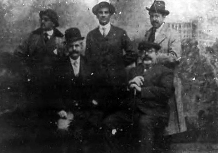 El periodista cubano Víctor Muñoz (derecha, abajo), junto al general Enrique Loynaz del Castillo (izquierda, abajo) y otras personas en 1915, en una foto de prensa de la época. Foto: Archivo de Ignacio Fernández Díaz.