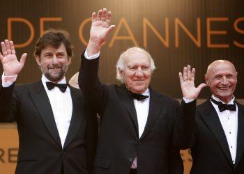 """De izquierda a derecha, el director Nanni Moretti y los actores Michel Piccoli y Dario Cantarelli llegan a la función de """"Habemus Papam"""" en el Festival de Cine de Cannes, en Cannes, Francia, 2011. Foto: AP/Lionel Cironneau, Archivo"""