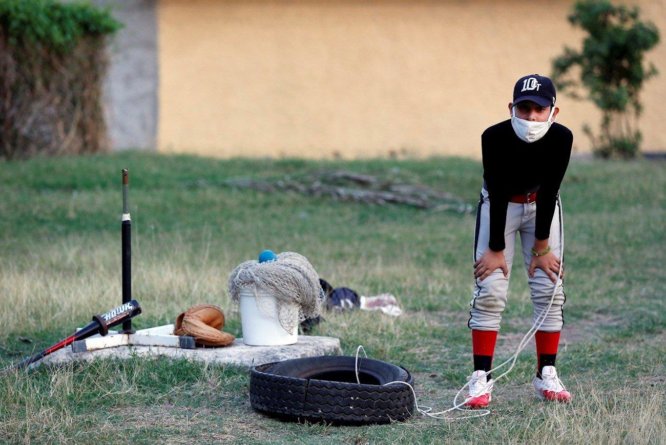 Béisbol en tiempos de pandemia en Cuba. Foto: EFE/Ernesto Mastrascusa.