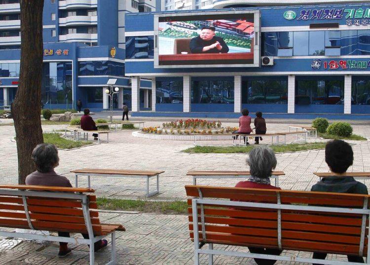 Unas personas ven noticias relacionadas con el presidente norcoreano Kim Jong Un en un parque en Pyongyang, Corea del Norte, el 2 de mayo de 2020. (AP Foto/Cha Song Ho)