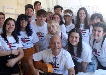 Carlos con un grupo de estudiantes en La Habana, en noviembre de 2019, en la casa particular donde se hospedan.