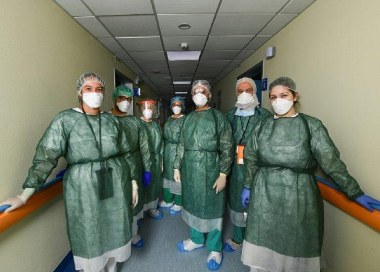 Profesionales cubanos en Lombardia. Roberto Arias, tercero a la derecha.  Foto: AFP/ MIGUEL MEDINA, vía: Loop News
