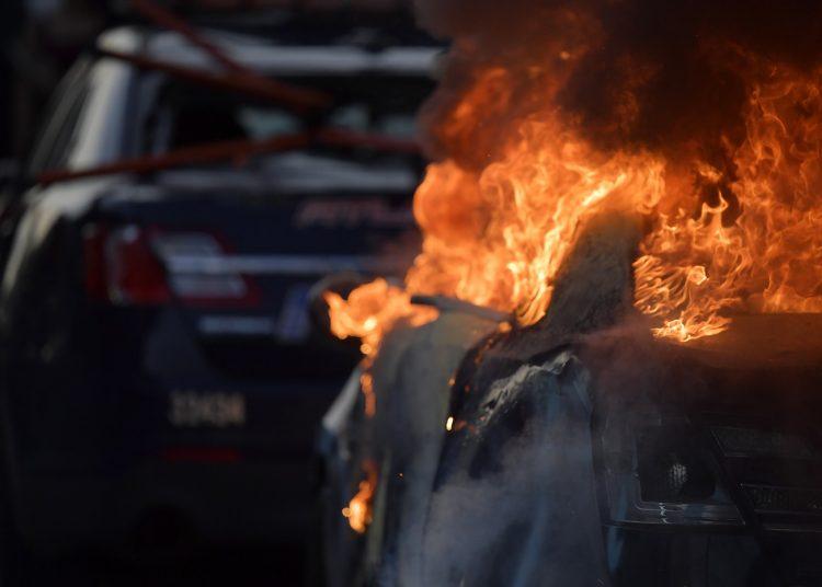 Un coche del Departamento de Policía de Atlanta arde durante una manifestación contra la violencia policial, el 29 de mayo de 2020, en Atlanta. Foto: Mike Stewart/AP