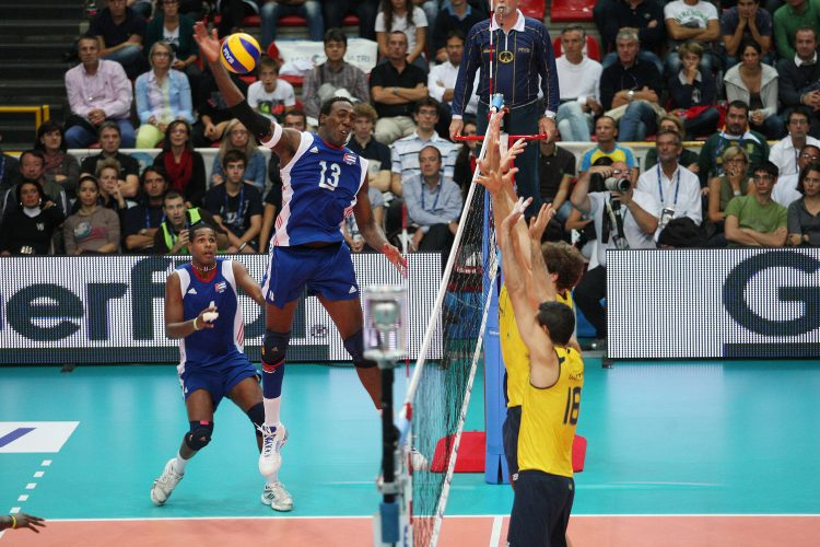 Robertlandy Simón en un partido entre Cuba y Brasil. Foto: www.fivb.com