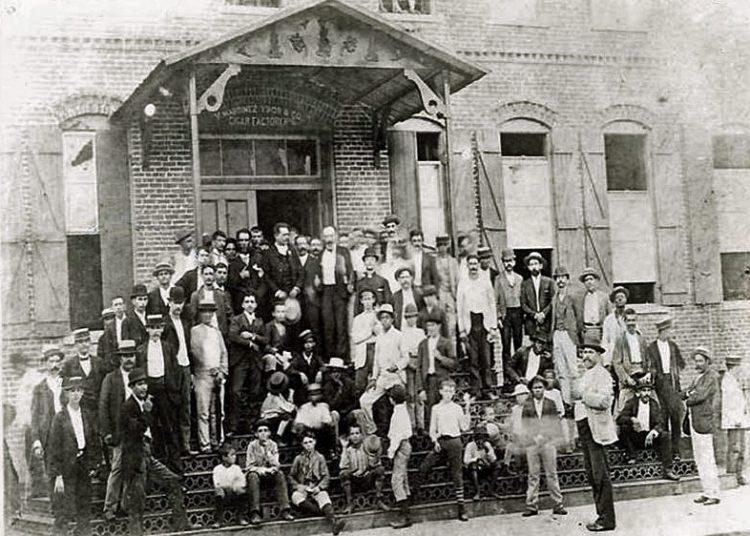 La famosa foto de Martí con tabaqueros de Ybor City. Foto; Archivo.