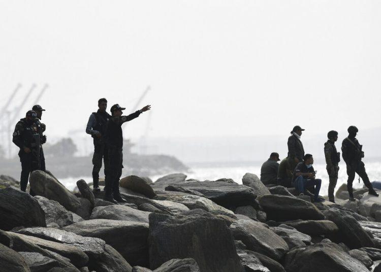 Las fuerzas de seguridad vigilan la costa donde las autoridades afirman que un grupo de hombres armados desembarcó en la ciudad portuaria de La Guaira, Venezuela, el domingo 3 de mayo de 2020. Venezuela aseguró el domingo haber frustrado un intento de invasión por mar en la que murieron varios de los atacantes y otros fueron detenidos, según las autoridades. Foto: Matías Delacroix/AP.