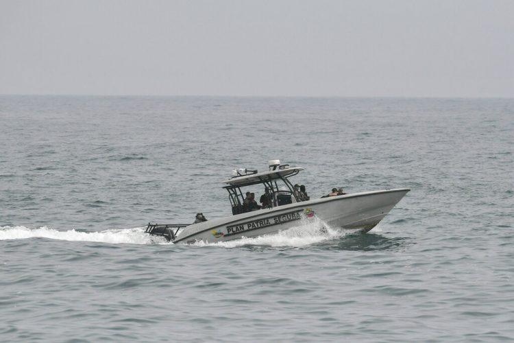 Las fuerzas de seguridad patrullan aguas de La Guaira, Venezuela, el domingo 3 de mayo de 2020. Venezuela aseguró el domingo que rechazó una incursión armada con lanchas rápidas procedentes de Colombia. Foto: AP/Matías Delacroix.