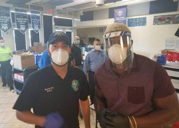Yasiel Puig (derecha) junto a Orlando Cid, alcalde de Miami Lakes, antes de entregar una donación a personas mayores. Foto: Jorge Ebro.