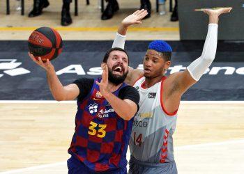 El ala pívot montenegrino del Barça, Nikola Mirotic trata de lanzar a canasta ante la defensa del ala pívot cubano de San Pablo Burgos, Jasiel Rivero, durante la disputa de la primera semifinal de la fase final de la Liga Endesa ante el Barça en el pabellón de la Fuente de San Luis de Valéncia. EFE/Manuel Bruque