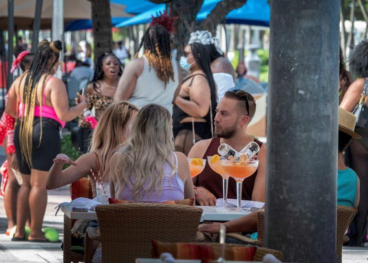 El incumplimento de la distancia social y el uso de máscaras en la playas, como esta de Miami Beach, ha obligado a cerrarlas en Florida. Foto: Cristóbal Herrera/EFE.