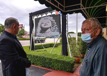 Admiradores de la cantante Rosita Fornés esperan este viernes afuera de la Funeraria Auxiliadora Nacional en Miami, Florida (EEUU). Los restos de la actriz, cantante y vedete cubana Rosita Fornés, fallecida el miércoles en Miami a los 97 años, fueron velados este viernes en una funeraria de la ciudad y más adelante serán trasladados a Cuba, según uno de sus allegados. EFE/Giorgio Viera