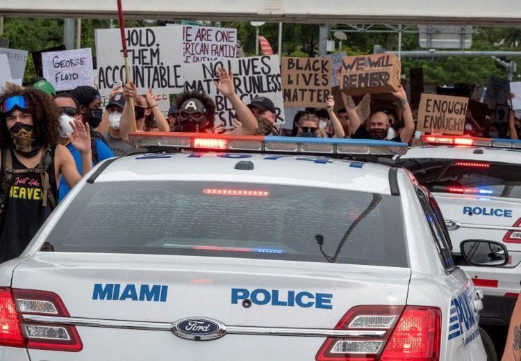 La manifestación en Miami el miércoles en protesta por la muerte de George Floyd.   Cristóbal Herrera