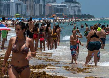 Cientos de personas visitan la playa de Miami Beach este miércoles en Florida (EE. UU). Los casos confirmados de COVID-19 en el estado de Florida desde el pasado 1 de marzo continúan en aumento y alcanzaron este miércoles los 67.371, más de 20.000 de ellos en el condado de Miami-Dade, que hoy abrió sus populares playas. EFE/Giorgio Viera