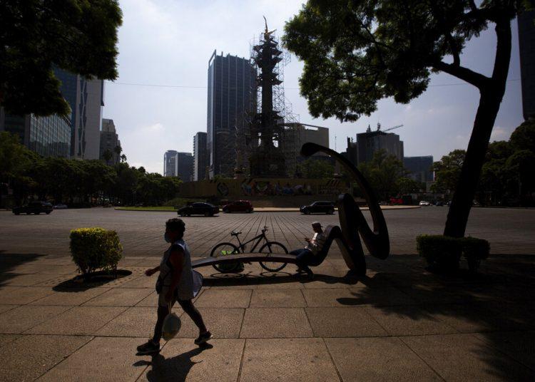 Una persona camina por la avenida Paseo de la Reforma, prácticamente vacía, en la Ciudad de México. Foto: Fernando Llano/AP.