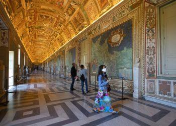 Unas personas admiran la Galería de los Mapas en el Museo del Vaticano, que abrió por primera vez después de tres meses debido al coronavirus, el 1 de junio de 2020, en Roma.  Foto: Alessandra Tarantino/AP