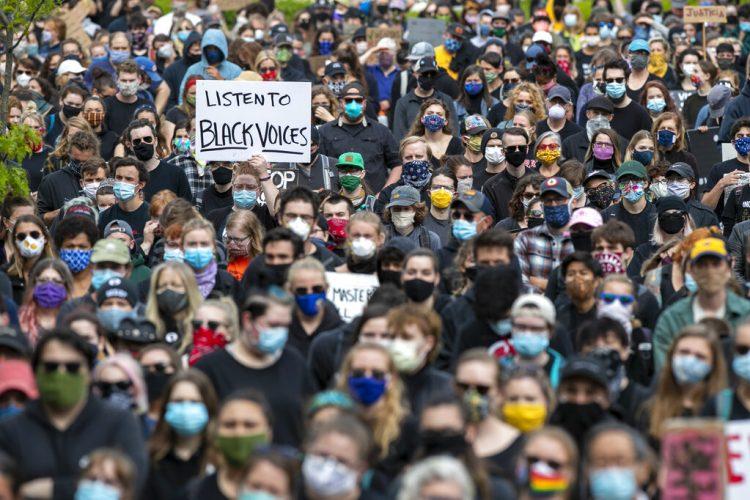 En esta imagen del 3 de junio de 2020, manifestantes protestan de forma pacífica para que se ponga fin al racismo y la brutalidad policíaca, en Portland, Maine. Foto: Robert F. Bukaty / AP