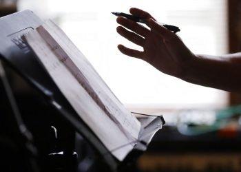 En esta foto del 22 de mayo de 2020, la enfermera Megan Palmer escribe una canción durante una sesión de composición con su colega Anna Henderson en la casa de Henderson, en Ashland City, Tennessee. Foto: Mark Humphrey/ AP