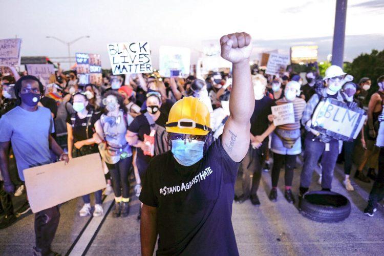 Un grupo de personas protesta en la carretera interestatal I75 de Atlanta, el sábado 13 de junio de 2020, en respuesta por la muerte de Rayshard Brooks, un afroestadounidense que murió baleado por la policía de Atlanta. (Ben Gray/Atlanta Journal-Constitution vía AP)