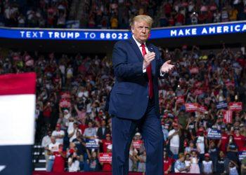 El presidente de Estados Unidos, Donald Trump, sube al escenario para hablar en un mitin de campaña en el centro BOK, el sábado 20 de junio de 2020 en Tulsa, Oklahoma, EE.UU. (AP foto/Evan Vucci)