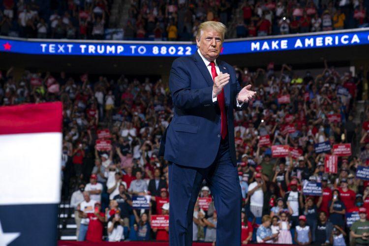 El presidente de Estados Unidos, Donald Trump, sube al escenario para hablar en un mitin de campaña en el centro BOK, el sábado 20 de junio de 2020 en Tulsa, Oklahoma, EE.UU. Foto: Evan Vucci/AP.