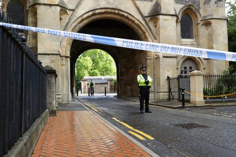 Policías montando guardia en el acceso al parque Forbury Gardens en Reading tras un ataque con arma blanca la tarde anterior, el domingo 21 de junio de 2020. (Jonathan Brady/PA via AP)