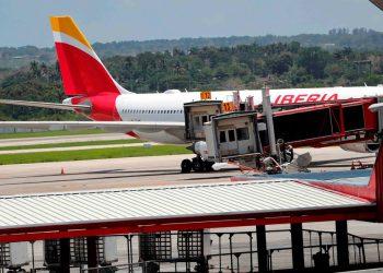Avión de la compañía Iberia que regreso a residentes y ciudadanos españoles a la nación ibérica en el mes de mayo. Foto: Ernesto Mastrascusa/EFE.