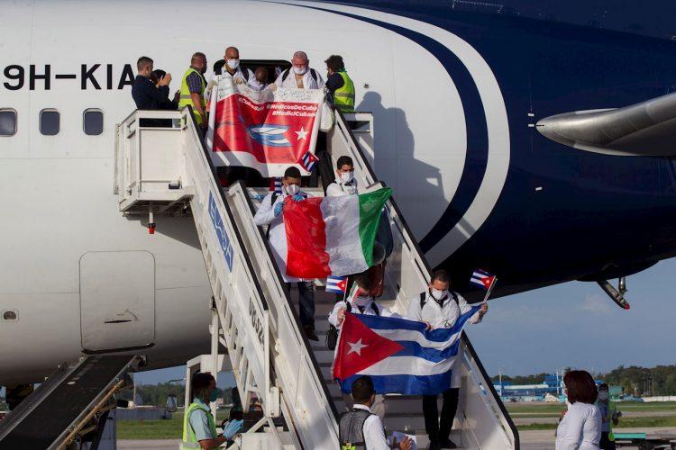 Llegada a La Habana de médicos cubanos que trabajaron en la región italiana de Lombardía en plena crisis por coronavirus. Foto: Yamil Lage / EFE / Archivo.