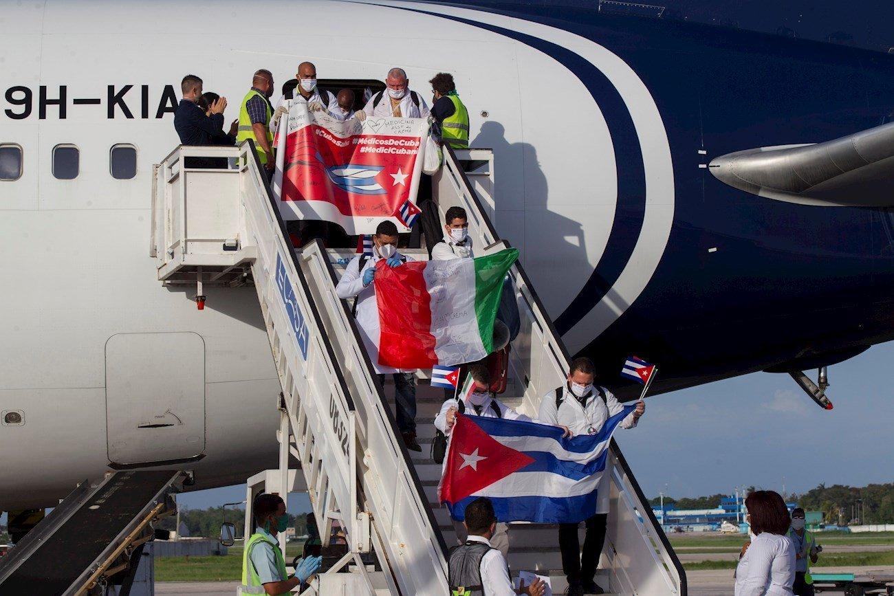 Llegada de médicos cubanos que trabajaron en la región italiana de Lombardía en plena crisis por coronavirus. Foto: EFE/ Yamil Lage.