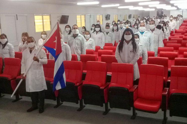 Una brigada compuesta por 96 galenos y 198 licenciados en enfermería viajaron este jueves a Kuwait. Foto: @MINSAPCuba/Twitter.