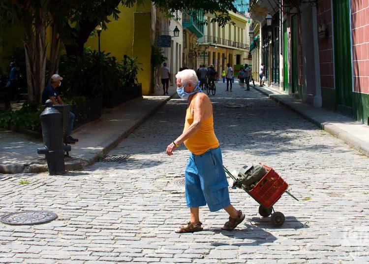 Cuba realizó ayer 2 mil 582 pruebas y acumula con ellas 143 mil 733 muestras realizadas. Con los 21 pacientes que recibieron el alta médica ayer, el número de recuperados llega a 2 mil 020. Foto: Otmaro Rodríguez