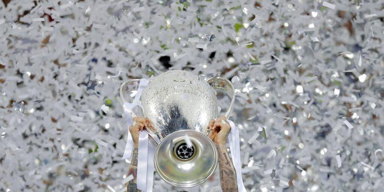 En foto de archivo del sábado 28 de mayo del 2016 Sergio ramos del Real Madrid celebra con el trofeo el campeonato de la Liga de Campeones al derrotar al Atlético de Madrid. Foto: AP/Manu Fernández/Archivo.