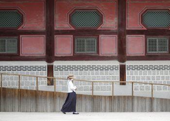 Una mujer con mascarilla camina afuera del palacio de Gyeongbok, en Seúl, Corea del Sur, el viernes 19 de junio de 2020. Foto: Lee Jin-man/AP.