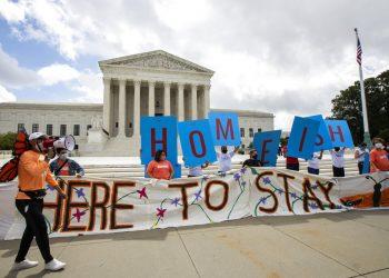 Una manifestación a favor del programa DACA frente a la Corte Suprema de Estados Unidos en Washington el 18 de junio del 2020. Foto: AP/Manuel Balce Ceneta.