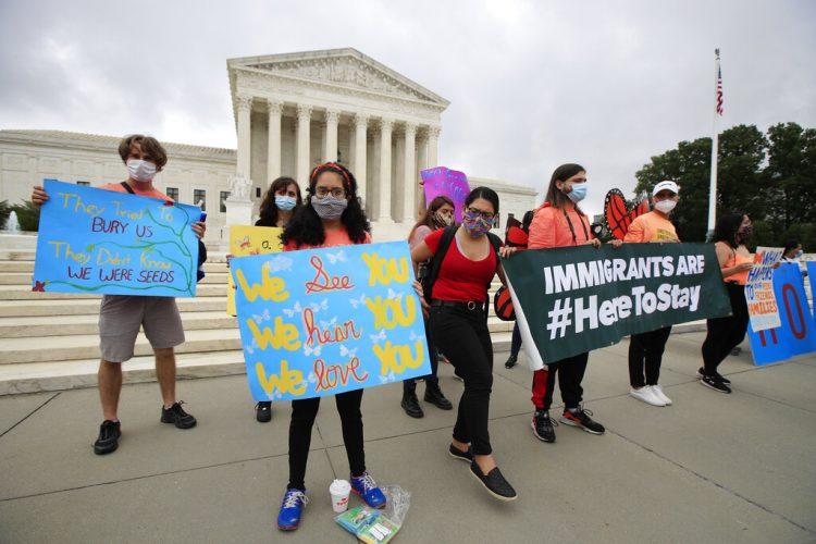 Jóvenes se manifiestan en apoyo del programa DACA que protege a migrantes de la deportación, afuera de la Corte Suprema de EEUU en Washington, el 18 de junio de 2020. Foto: AP/Manuel Balce Ceneta.