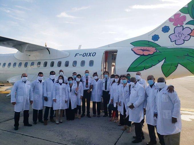 Brigada médica cubana que partió rumbo a Martinica a apoyar el enfrentamiento a la COVID-19, el 26 de junio de 2020. Foto: @CTM_Martinique / Twitter.