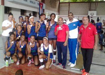 Elio Gómez (der), junto a entrenadores y atletas del equipo de Voleibol femenino de La Habana en los juegos escolares. Foto: Elio Gómez/Facebook.