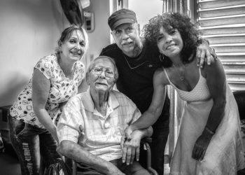 Elio Menéndez (al centro) fue un maestro para varias generaciones del periodismo cubano. Foto: Tomada de Cubaperiodistas
