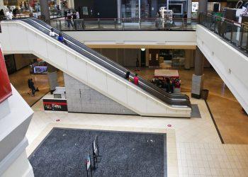 Personas en un escalera mecánica en un centro comercial de Oklahoma City, que reabre tras su cierre a mediados de marzo por la epidemia de coronavirus. Foto: Sue Ogrocki/AP
