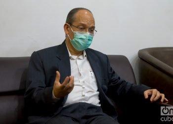 El Dr. Gerardo Guillén, director de investigaciones biomédicas del Centro de Ingeniería Génetica y Biotecnología de La Habana, durante una entrevista exclusiva con OnCuba. Foto: Otmaro Rodríguez.