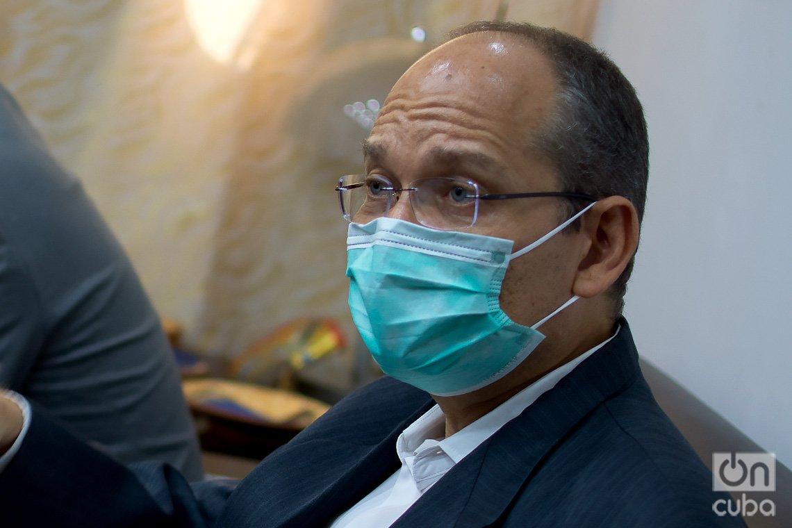 Dr. Gerardo Guillén, director de investigaciones biomédicas del Centro de Ingeniería Génetica y Biotecnología de La Habana, durante una entrevista exclusiva con OnCuba. Foto: Otmaro Rodríguez.