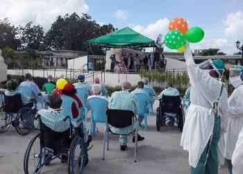 Los ancianos del Hogar No.3 de la ciudad cubana de Santa Clara, luego del fin de la cuarentena por un evento de transmisión del coronavirus Sars-Cov-2. Foto: vanguardia.cu